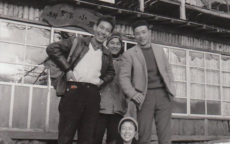 柳澤氏(左)の母親が経営する山小屋の前で