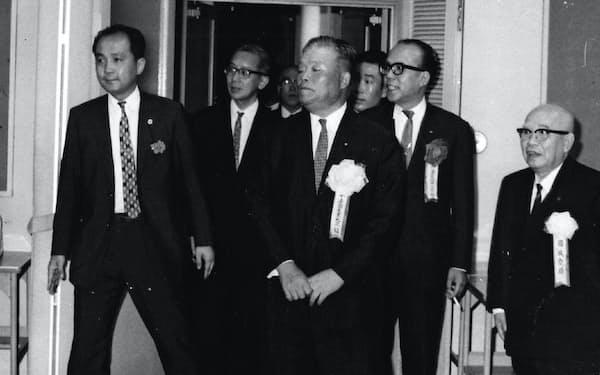 政策懇談会に出席する大平通産大臣(左端が筆者)