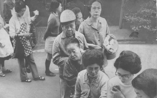 トイレットペーパーに消費者が殺到した(1973年11月)