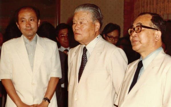 省エネルックを着る大平首相(中)と筆者(左)