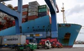 コンテナ船世界最大手のマースク(デンマーク)は海運業界を挙げた脱炭素へ研究機関の設立などに動いている=ロイター