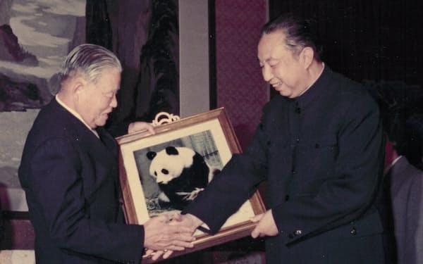 大平首相と会談した中国の華国鋒首相はパンダの贈呈を表明した(1979年12月)