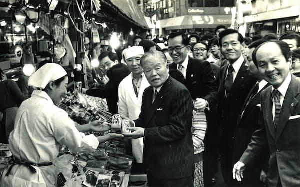 年末に東京・三軒茶屋の商店街を視察する大平首相(右端が筆者)
