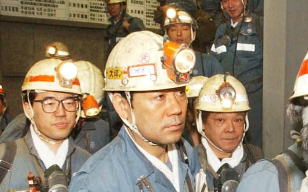 国内唯一となった太平洋炭砿も2002年1月に閉山した(最後の採炭に向かう炭鉱員)