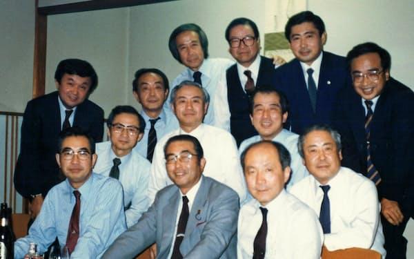 通産大臣も務めた山中貞則衆院議員を囲んで(写真手前中央、同右が筆者)