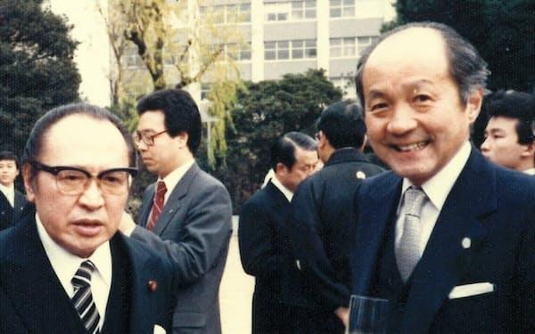 次官就任時の通産大臣、渡辺美智雄氏(左)と