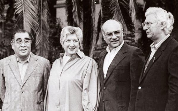 4極貿易大臣会合を前に歓談する各国代表(1987年4月25日、(左)が田村通産大臣)