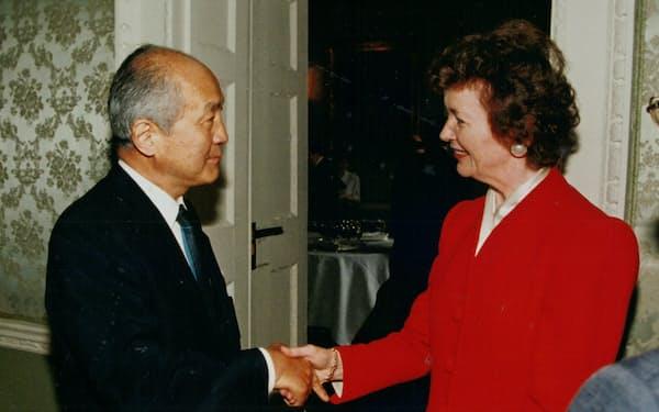 サッチャー元英首相は日本で自民党政権が長く続いた理由に関心があった((左)が筆者)