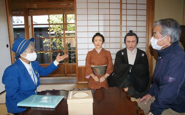 ガイド歴11年の古谷純子さん(左)はリピーターとメールでやりとりする(高知市)