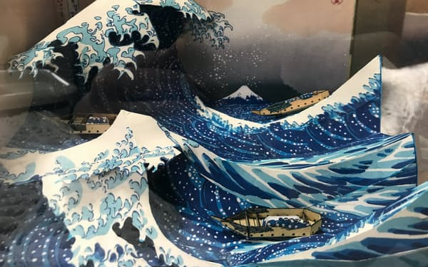ペーパークラフトで作られた葛飾北斎の「神奈川沖浪裏」