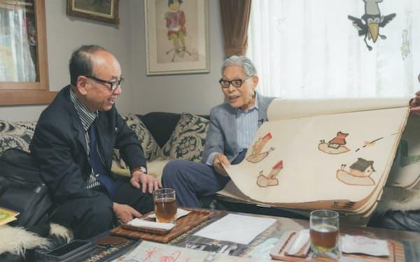 セツルメント活動で知り合った加古里子(かこさとし)氏(右)と筆者(2000年ごろ)