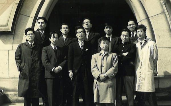 東大卒業式(1957年3月、山根先生(中)、最前列が筆者)