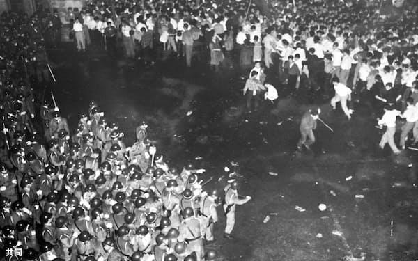 警官隊とにらみ合うデモ隊=1960(昭和35)年6月15日=共同