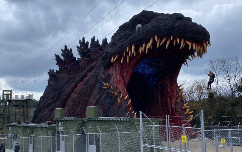 等身大のゴジラの口から参加者が突入する(兵庫県淡路市)