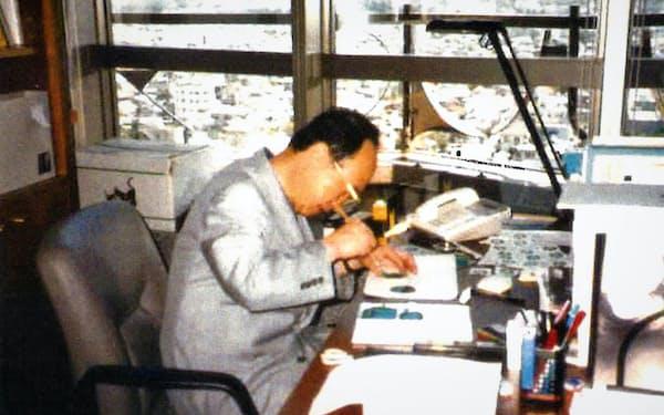 千葉市美術館の館長室で職務に励む筆者