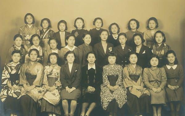 洋裁学校の生徒たちと母(前列中央)