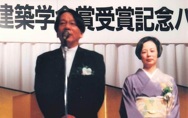 青木氏(左)は日本建築学会賞受賞で知名度を高めた(洋子夫人と)