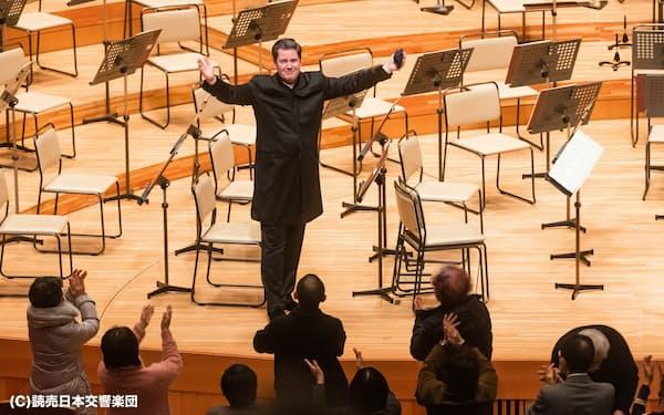 1月の公演終演後、拍手に応えるヴァイグレ(東京都港区のサントリーホール)(C)読売日本交響楽団