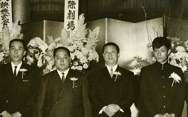 舟木一夫(右端)の後援会。筆者(左端)、江崎真澄氏(右から2人目)