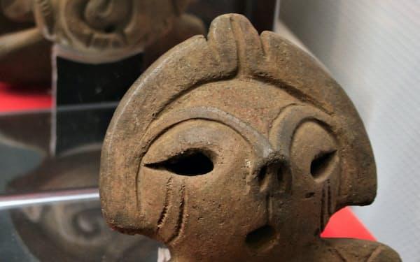 「一の沢遺跡」出土の土偶「いっちゃん」は鏡に映る背面にも注目(甲府市の山梨県立考古博物館)
