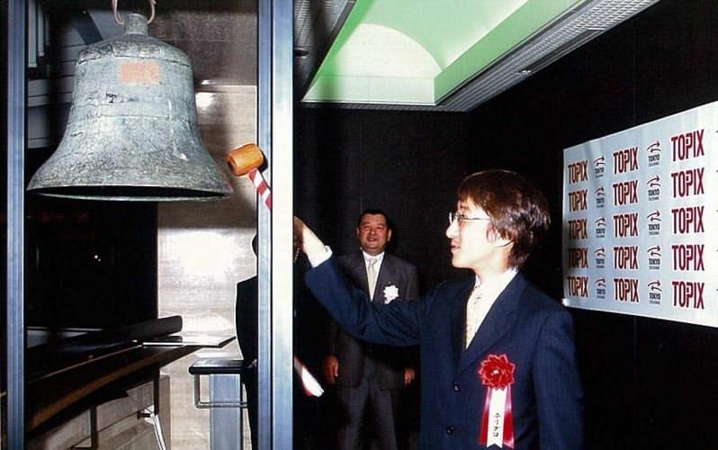 東証1部上場を果たし、次男の義貴(現社長)が鐘を鳴らす