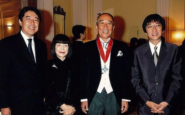 名誉大英勲章伝達式で。左から長男一貴、妻百合子、筆者、次男義貴