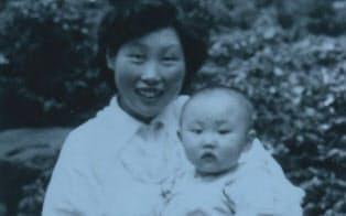 1歳ぐらいの頃に母と長野県塩尻市の自宅前で