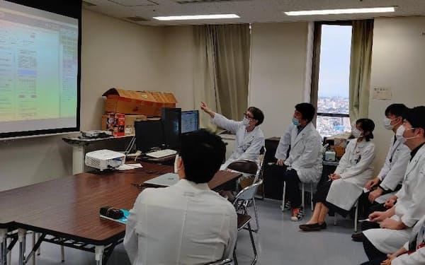 名古屋市立大学病院ではさまざまな診療科の医師らが協議し、肥満症患者の治療方針を決める