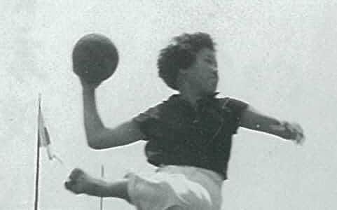 高校時代、ハンドボールのプレー中の妻、和代