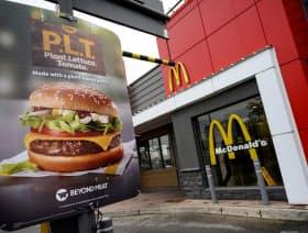 マクドナルドとビヨンド・ミートは植物ベースのパテを使ったハンバーガーを試験販売してきた(19年、カナダのオンタリオ州)=ロイター