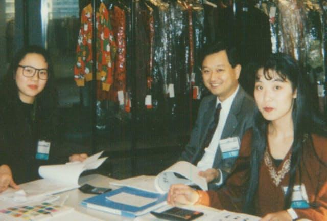 大丸心斎橋店(大阪市)では営業改革を現場のメンバーらと一緒に推し進めた(好本氏は中央)