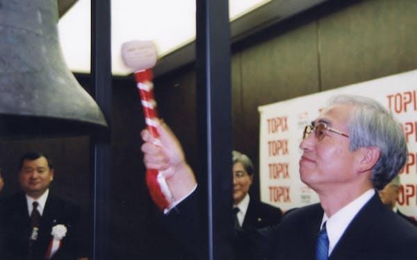 東証1部に上場し、記念の鐘を鳴らす草間社長(当時)