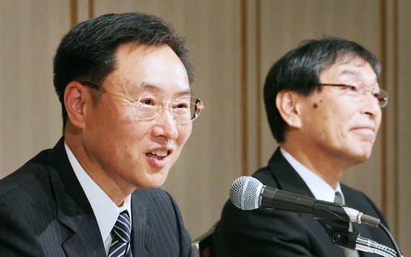 社長交代の会見で抱負を述べる                                                         碓井氏(左)と花岡氏(08年4月30日)