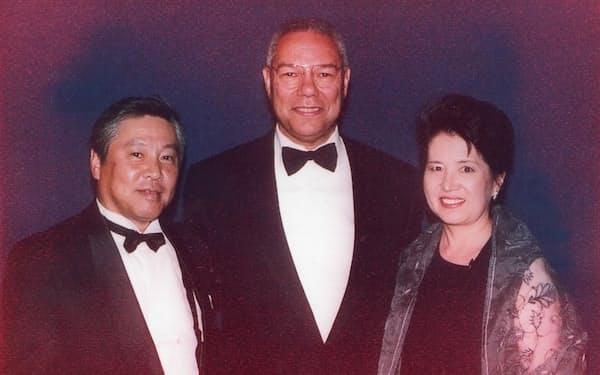 パウエル氏(中央)と夫婦で記念写真を撮った