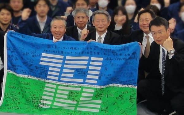 復興の激励に訪れた宮城県で社員と(前列左が筆者)