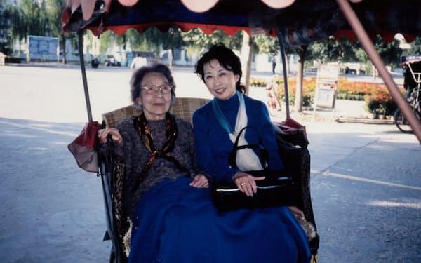 中国への旅で、母(左)と