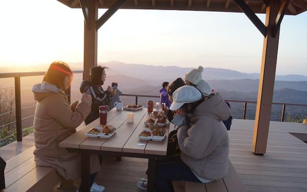 開放感のある山頂で朝日を眺めながらとる朝食は一段とおいしく感じられる