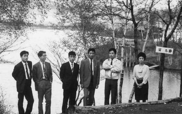 創業の頃の社員旅行(左から2人目が三沢氏)