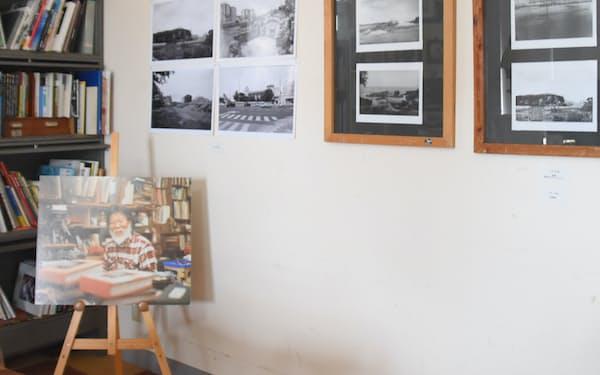 様々な人が父の写真を見に、ギャラリーを訪れる(沖縄県浦添市)