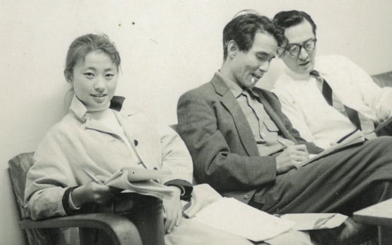 宇野重吉さん(中)と筆者(左)