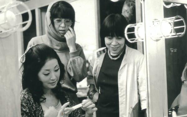 米国公演の楽屋で。右から朝倉摂さん、富岡多恵子さん、筆者