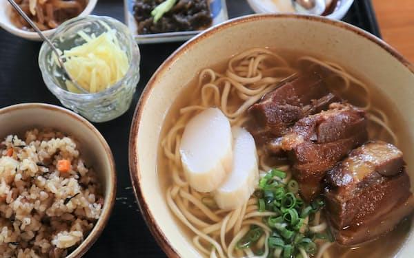 沖縄そばとじゅーしー、ジーマミー豆腐が楽しめるセットメニューが人気(沖縄そばの店 しむじょう)
