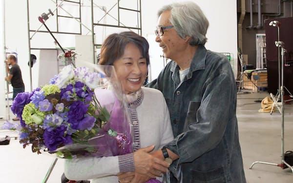 「東京家族」クランクアップで山田洋次監督(右)と=松竹提供