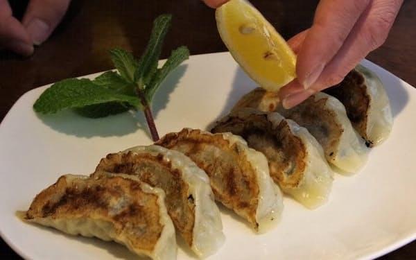 レモンを具に使った焼ギョーザはレモン汁をかけて味をひきたてた(中国料理北京本館)