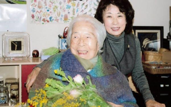 母(左)の103歳の誕生日を祝う