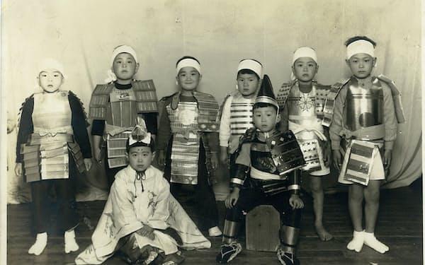 幼稚園の学芸会(左端が筆者、隣が元小結の大潮)