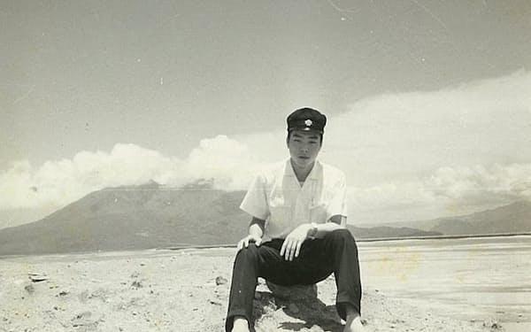 校庭の先にあった小松原の砂浜。後ろは桜島