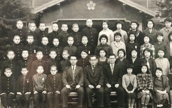 鞘ヶ谷小学校のクラス写真。最後列中央が筆者=同校提供