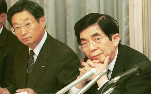 2001年11月のミサワホームとミサワバンの合併の記者会見(右が三沢氏、左が山沢氏)
