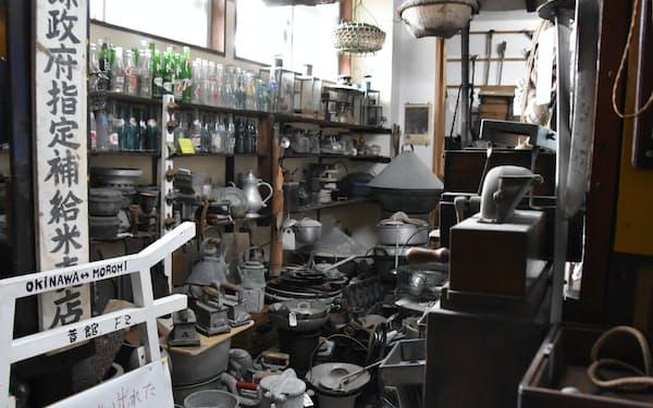 所狭しと展示された生活道具が、沖縄の歴史や文化を伝える